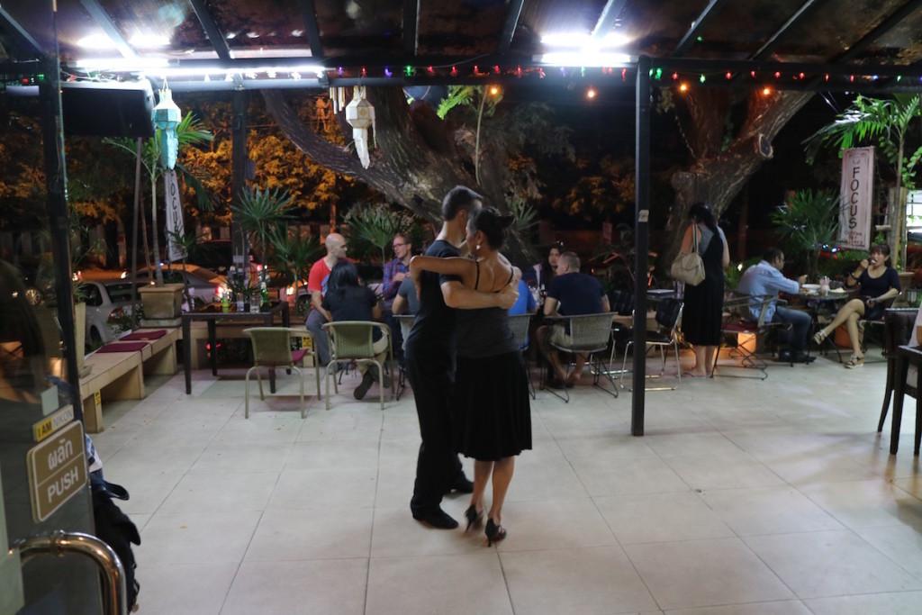 店内では別のグループがダンスしてました。